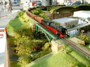 Parný nákladný vlak na moste.