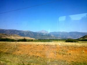 Hory obklopujúce nížinu blízko Larissy.