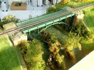 Nesmie chýbať ani most ponad rieku.